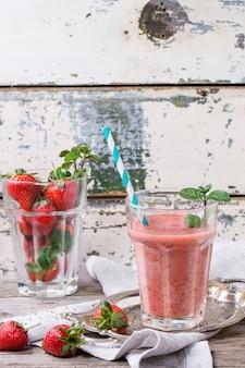 Roter erdbeer-smoothie