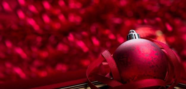 Roter fahnenhintergrund der frohen weihnachten und des guten rutsch ins neue jahr