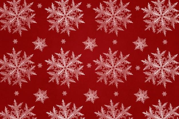 Roter festlicher hintergrund mit schneeflockenmuster, remix der fotografie von wilson bentley