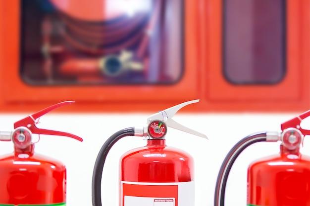 Roter feuerlöschertank im gebäude.