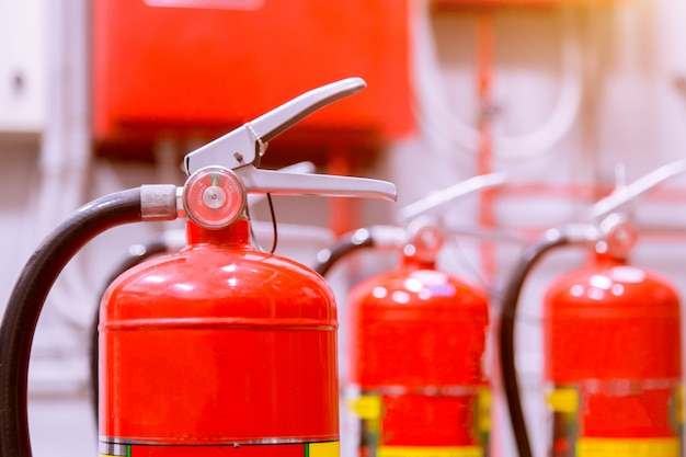 Roter feuerlöschertank überblick über ein leistungsstarkes industrielles feuerlöschsystem.