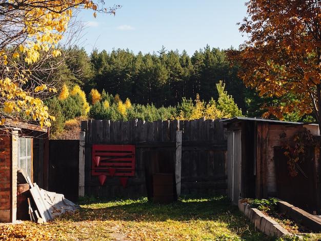 Roter feuerschild auf dem zaun im dorf