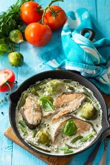 Roter fisch und gemüse gebackener rosenkohl grüne bohnen in sahnesauce