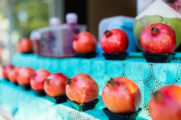 Roter frischer granatapfel im straßenmarkt.