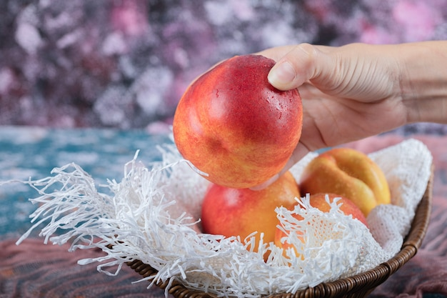 Roter gelber pfirsich lokalisiert auf einem stück weißem tuch.