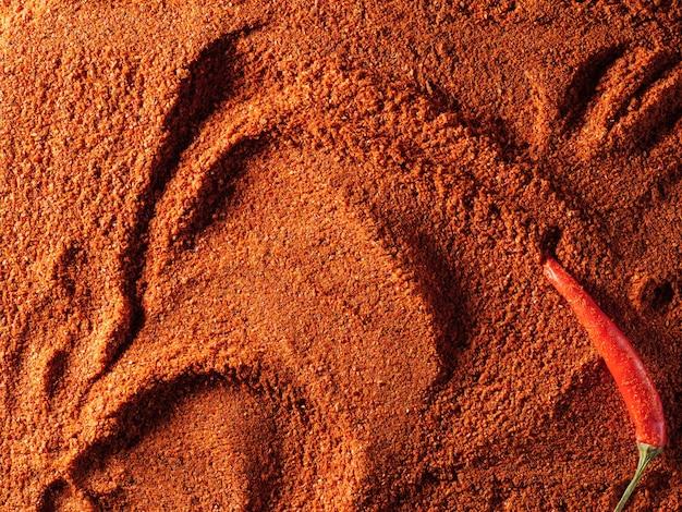 Roter gemahlener paprika, mit frischen peperoni, textur, ansicht von oben.
