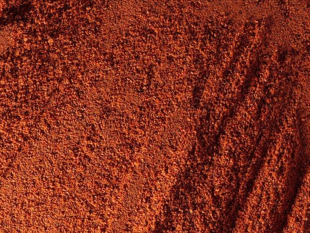 Roter gemahlener paprika, mit unterschiedlicher oberflächenstruktur, lebensmittelhintergrund, draufsicht.