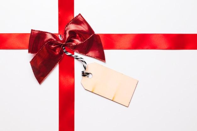 Roter geschenkbogen mit band