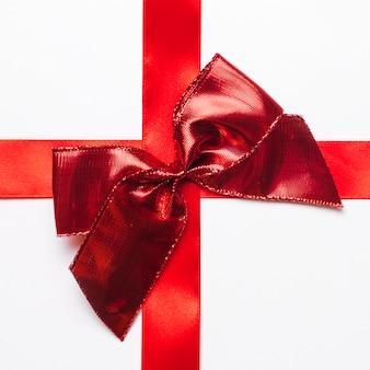 Roter geschenkbogen mit seidenband