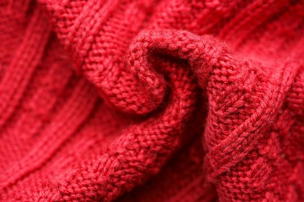 Roter gestrickter strickjackehintergrund. kopieren sie platz