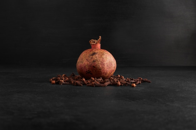 Roter granatapfel lokalisiert auf schwarzem hintergrund.