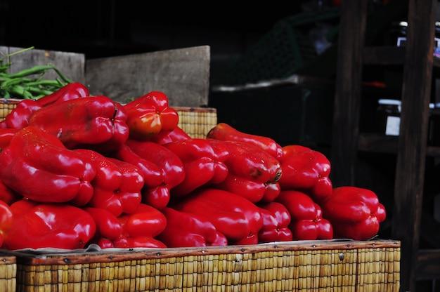 Roter grüner pfeffer in einem lokalen markt.