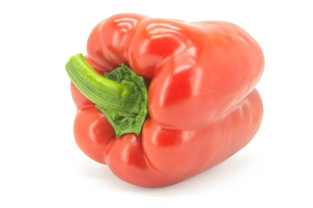 Roter grüner pfeffer oder süßer pfeffer oder capcicum getrennt auf weiß