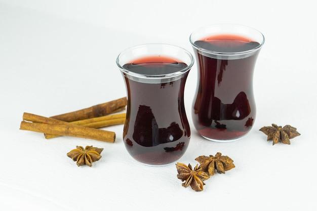 Roter heißer würzbeerenwein in zwei gläsern