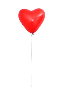 Roter herzförmiger heliumballon isoliert auf weißem hintergrund mit seilen, valentinstag, muttertag, geburtstagsfeier-design-konzept. beschneidungspfad.