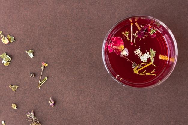 Roter hibiscustee in einer glasschale