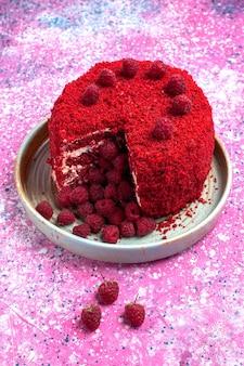 Roter himbeerkuchen der vorderansicht gebackene köstliche innenplatte auf rosa schreibtisch.