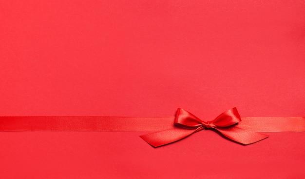 Roter hintergrund mit einer roten krawatte