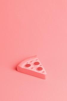 Roter hintergrund mit stück pizza