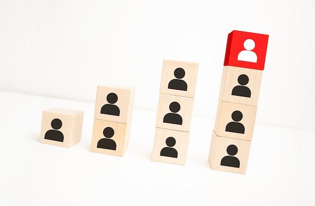 Roter holzblock mit pfeil, der auf die unterschiedliche weise auf blauem hintergrund zeigt, business-symbol für innovative lösung, einzigartig, unterschiedliches und individuelles konzept denken.