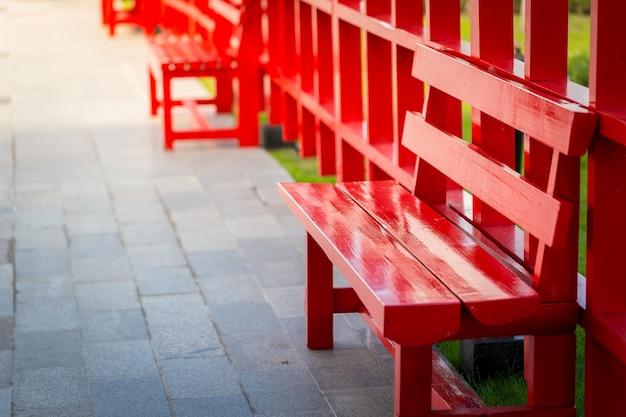 Roter holzstuhl, der für entspannung im freien ist.