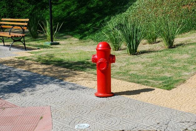 Roter hydrant auf dem bürgersteig des platzes