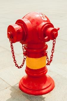 Roter hydrant auf der straße