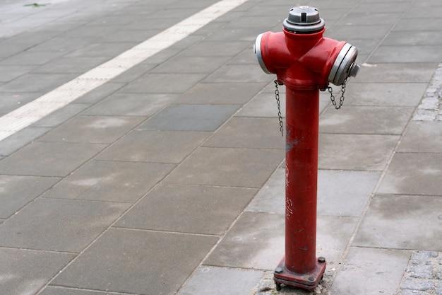 Roter hydrant in einer stadtstraße für feuerwehrmänner