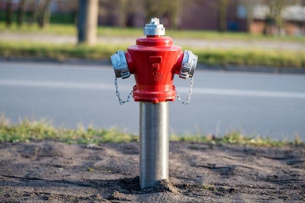 Roter hydrant. stadtstraße. brandschutz für notbrandzugang