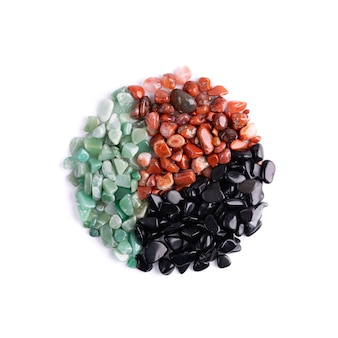 Roter jaspis, schwarzer onyx und grüne aventurin-edelsteine isoliert auf weißem hintergrund