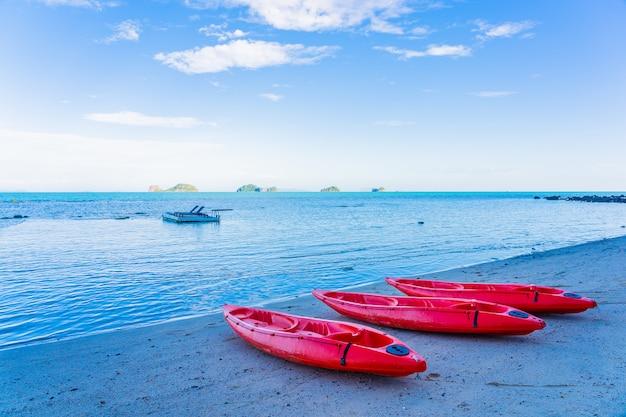 Roter kajak auf dem tropischen strandmeer und -ozean