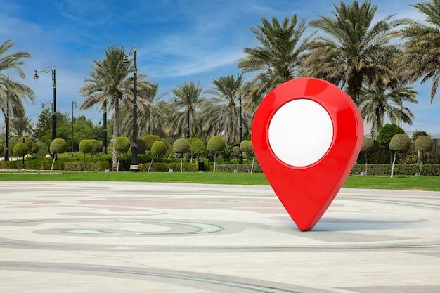 Roter kartenzeiger-pin in der leeren stadtstraße mit extremer nahaufnahme der palmen. 3d-rendering