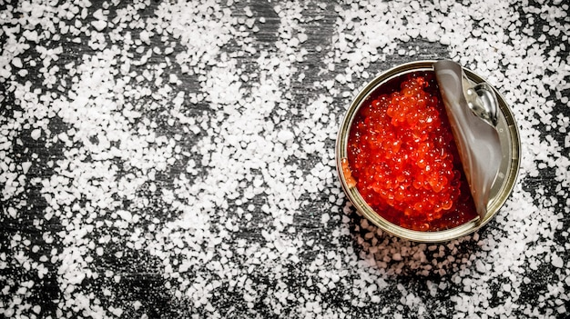 Roter kaviar in metalldose mit salz
