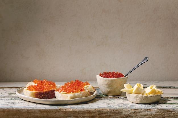 Roter kaviar mit brot und butter