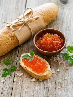 Roter kaviar und sandwiches