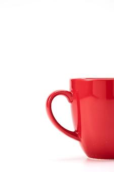 Roter keramischer becher auf weißem hintergrund