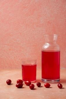 Roter kornelkornsaft im glas.