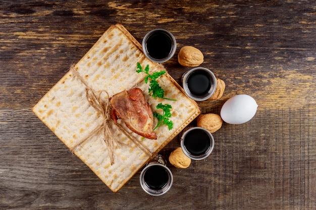 Roter koscherer wein vier von matzah oder matza passahfest haggadah