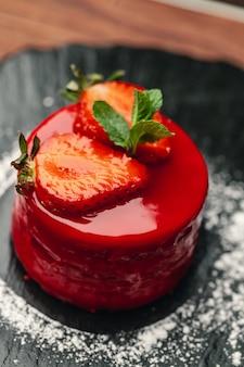 Roter kuchen mit sahne auf schwarzblech