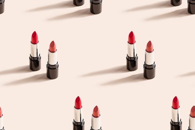 Roter lippenstift auf beiger wand. nahtloses muster.