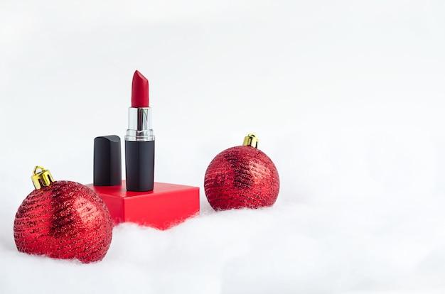 Roter lippenstift auf podium mit globen