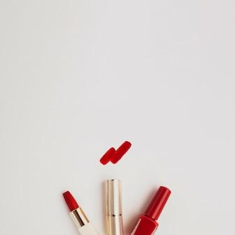 Roter lippenstift der draufsicht mit kopieraum