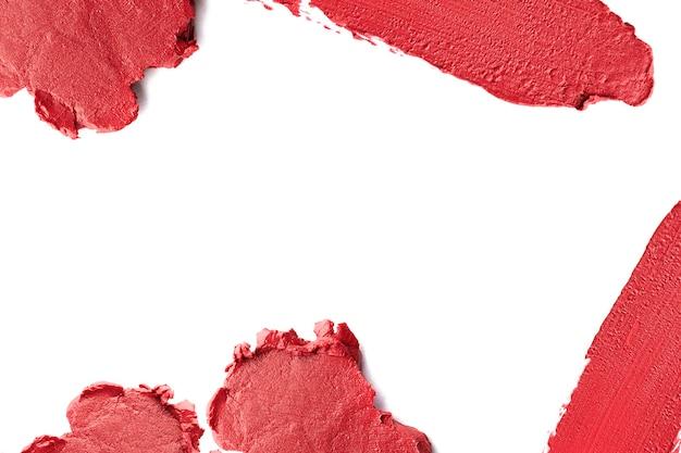 Roter lippenstift, der um rand mit leerem raum geschnitten wird