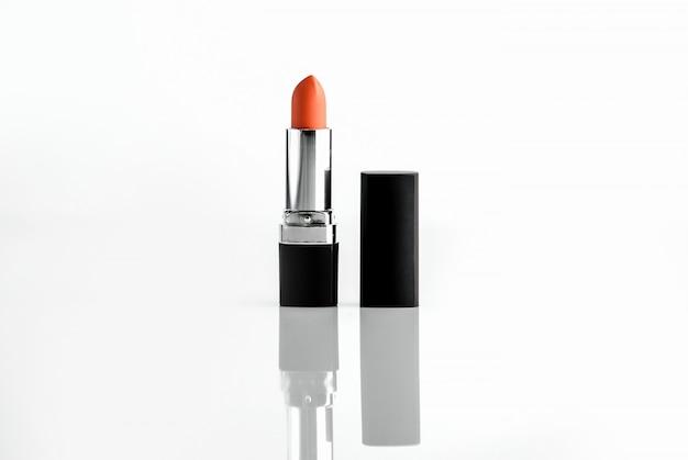 Roter lippenstift der vorderansicht aus schwarzem und verchromtem kunststoff