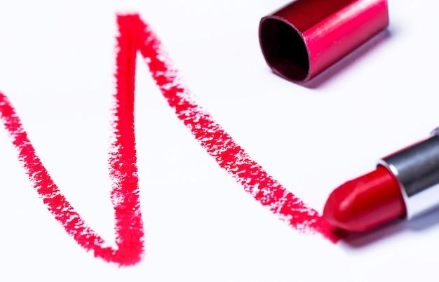 Roter lippenstift mit spuren
