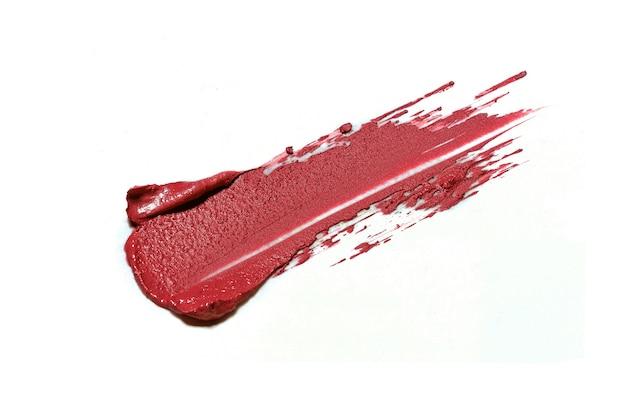Roter lippenstift pinselstrich isoliert auf weiß