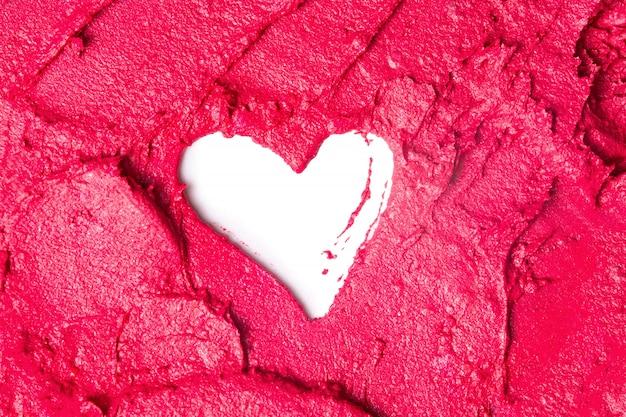 Roter lippenstifthintergrund mit einer form des herzens