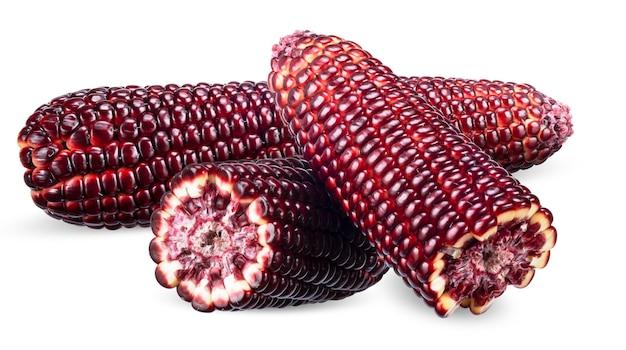 Roter mais und hälfte lokalisiert auf weißem hintergrund. maisschneidepfad