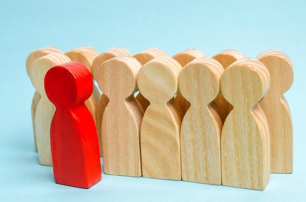 Roter mann kommt aus der menge. die gewählte person unter anderem. ein talentierter arbeiter. beförderung.