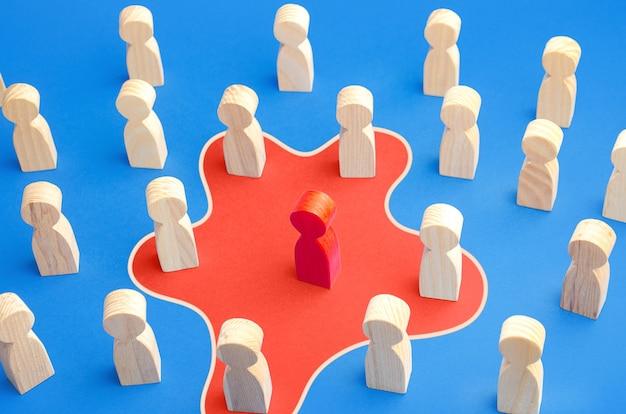 Roter mann verbreitet seinen einfluss auf menschen um ihn herum. vereinige menschen zu einer neuen idee. mitarbeitertoxizität